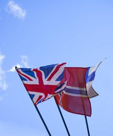 Photo pour Norvège, Finlande, Suède et Royaume-Uni-drapeaux nationaux sur fond bleu ciel. bâtiment de l'ambassade - image libre de droit