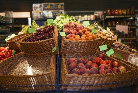 Photo pour Boîtes de fruits frais en vente au supermarché - image libre de droit