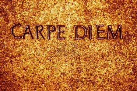 Photo pour Mots métalliques dorés sur fond de pierre avec phrase - Carpe Diem - texte - image libre de droit