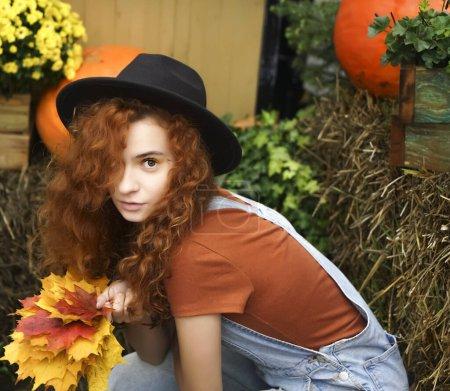 Photo pour Joyeux jeune femme avec des feuilles d'automne. - image libre de droit