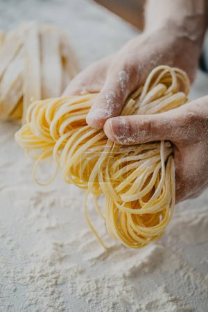 Photo pour Gros plan sur le processus de fabrication de pâtes maison. Chef faire des pâtes italiennes traditionnelles fraîches - image libre de droit