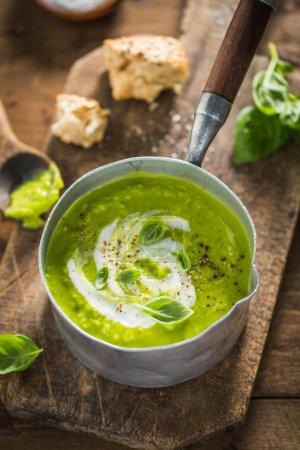 Photo pour Délicieux frais cuits soupe de petits pois en pot sur la table en bois. Prêt à être servi. Closeup. - image libre de droit