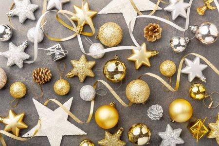 Photo pour Vue de beau doré et argenté décoratifs baubles de Noël sur fond gris - image libre de droit