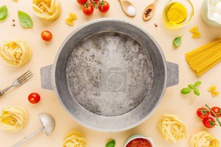 Foto de Vista superior de italiano de cocina ingredientes y pote en fondo claro - Imagen libre de derechos