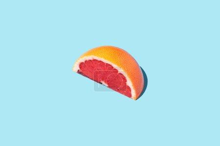 Photo pour Plan isométrique de tranche de pamplemousse sur la surface bleue - image libre de droit
