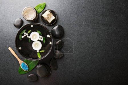 Photo pour Accessoires de spa et de bougies sur fond foncé - image libre de droit
