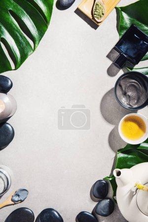 Photo pour Accessoires de spa et de tisane sur fond gris - image libre de droit