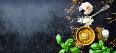 Fondo alimentario con ingredientes para pesto