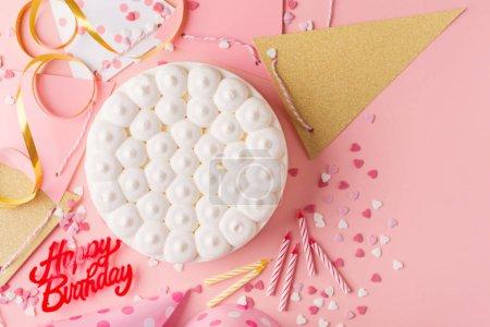Foto de Accessorizes fondo de fiesta feliz cumpleaños colorido con pastel de cumpleaños y fiesta. Vista superior con espacio de copia. Fondo rosa. Horizontal - Imagen libre de derechos