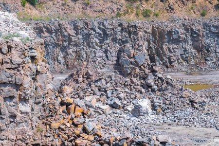 Photo pour Vue spectaculaire de l'exploitation minière à ciel ouvert des carrières de pierre de granit. Processus de production pierre et gravier . - image libre de droit