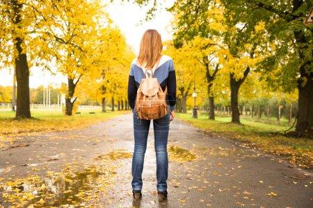 Photo pour Femme heureuse marchant à la pluie dans le magnifique parc d'automne. Image conceptuelle - image libre de droit