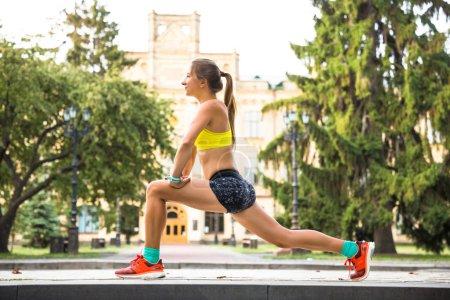 Photo pour Femme sportive s'entraînant dehors dans le parc de la ville. Heure d'automne - image libre de droit