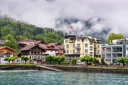 Photo pour Beau paysage du lac Brienz et de la vieille ville Interlaken, Suisse., Paysage urbain et architecture Bâtiment suisse traditionnel, destination de voyage et temps des vacances . - image libre de droit