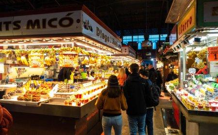 Photo pour Barcelone, Espagne - Dic 1, 2018: Marché de la Boqueria sur les Ramblas. La Boqueria est le plus célèbre marché de Barcelone dans le monde entier. Il est situé dans le centre de la ville. - image libre de droit