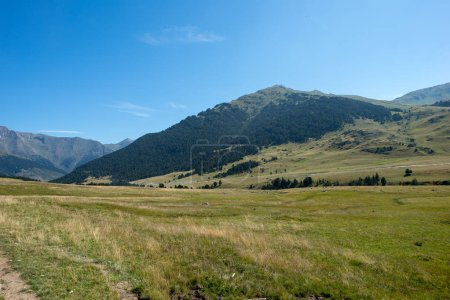 Photo pour Montagnes à Montgarri sous le ciel bleu, Vallée d'aran, Espagne - image libre de droit