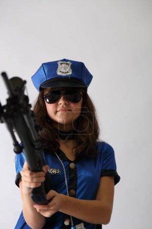 Photo pour Police féminine isolée sur le fusil blanc Sexy tactique - image libre de droit