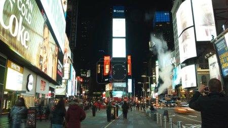 Photo pour NEW YORK CITY - circa 2019 : circulation de Times Square la nuit à New York. Times Square est devenu un symbole emblématique de New York et des États-Unis . - image libre de droit