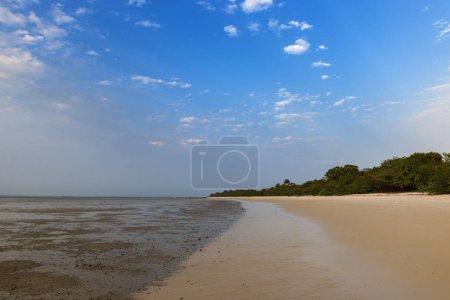 Photo pour Plage déserte dans l'île d'Orango au coucher du soleil, en Guinée Bissau. Orango fait partie de l'archipel des Bijagos ; Concept de voyage en Afrique et vacances d'été - image libre de droit
