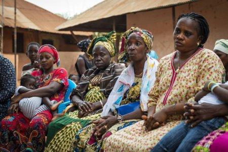 Photo pour Bissau, République de Guinée-Bissau - 6 février 2018 : Groupe de femmes lors d'une réunion communautaire dans le quartier de Missira dans la ville de Bissau, Guinée-Bissau - image libre de droit