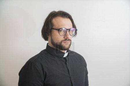 Photo pour Prêtre chrétien homme avec une expression confiante sur la pensée intelligente visage sérieux - image libre de droit