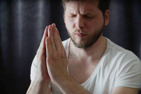 Photo pour Homme priant portrait rapproché - image libre de droit