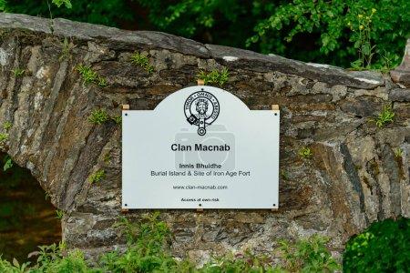 Photo pour Île Innis Bhuidhe et le cimetière du clan MacNab dans la rivière Dochart à Killin en Écosse . - image libre de droit