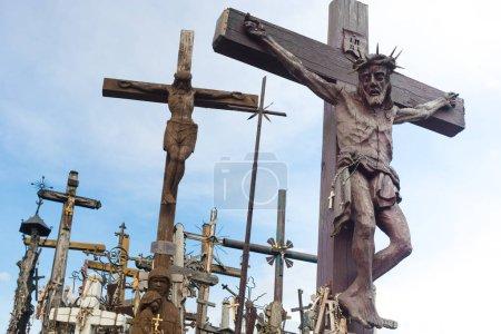 Photo pour Siauliai, Lituanie - 28 mai 2016: Colline de la Croix avec plus de quatre cent mille Croix et crucifix. Monument unique d'histoire et d'art populaire religieux. - image libre de droit
