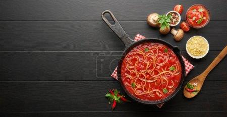 Photo pour Cuisiner des pâtes italiennes maison, fond alimentaire italien. Cuisine italienne. Ingrédients sur fond sombre. Concept de cuisine. Fond de cuisson - image libre de droit