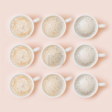 Photo pour Ensemble de tasses à café assortiment sur fond rose pâle. Collection de vue plate Lapointe, top - image libre de droit