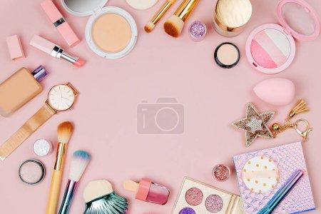 Photo pour Faits de produits cosmétiques et d'accessoires féminins. Poser de plat - image libre de droit