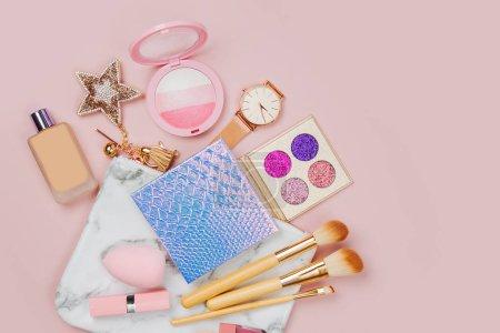 Photo pour Collage de cosmétiques avec rouge à lèvres, pinceaux et autres accessoires sur fond rose - image libre de droit