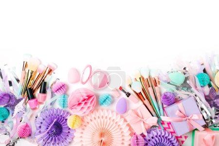 Photo pour Produits de maquillage et les accessoires avec décorations festives. Poser de plat. Concept de beauté - image libre de droit