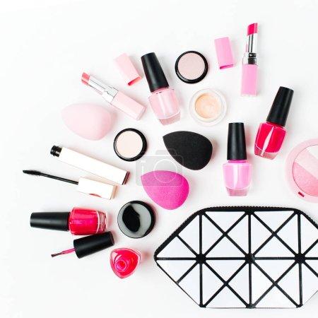 Photo pour Sac cosmétique avec accessoire et maquillage produit de beauté. La plate - image libre de droit