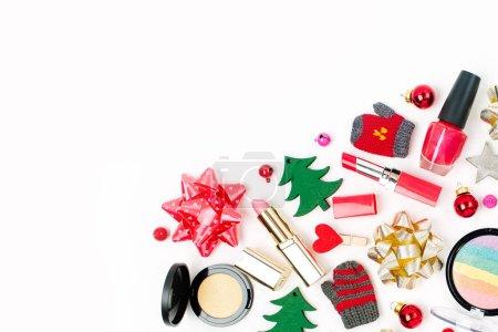 Photo pour Décorations de Noël et de produits cosmétiques sur fond blanc. Concept créatif fête et de célébration. Vue plate Lapointe, top - image libre de droit