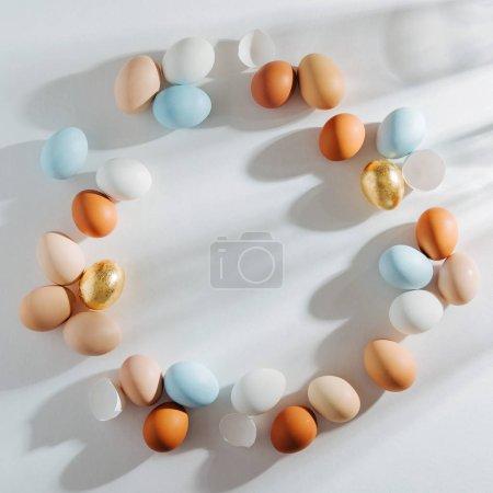 Photo pour Armature faite d'oeufs colorés naturels avec les sunlights du matin. Compositions élégantes dans des couleurs pastel. Concept de Pâques. - image libre de droit