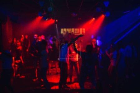 Photo pour Silhouettes de gens qui dansent dans une boîte de nuit sur la piste de danse lors d'une fête - image libre de droit