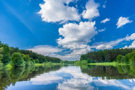 Kleiner Waldsee an einem Sommertag in Weißrussland