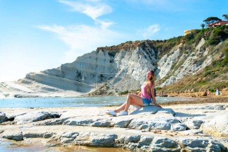 Photo pour Jeune fille explorant Turchi falaises blanches sur l'île de Sicile . - image libre de droit