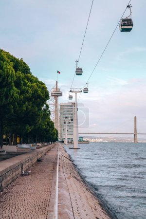 Photo pour Lisbonne, Portugal - 10 novembre 2018 : Cable Car Ride de Parque das Nações (parc des Nations) à Lisbonne. - image libre de droit