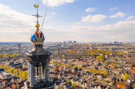Photo pour 3 avril 2019. Amsterdam, Pays-Bas. Vue aérienne du musée de la Maison d'Anne Frank, l'un des musées les plus populaires et les plus importants d'Amsterdam, ouvert en 1960. Belle architecture et tour de l'horloge . - image libre de droit