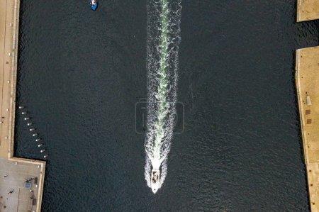 Photo pour Vue aérienne du bateau dans la rivière - image libre de droit