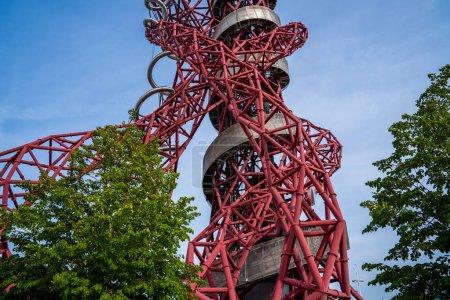 Photo pour Queen Elizabeth Olympic Park, Londres : Tour ArcelorMittal Orbit dans le Queen Elizabeth Olympic Park, la plus haute sculpture du Royaume-Uni avec pont d'observation - image libre de droit