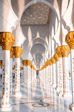Photo pour Grande mosquée à Abu Dhabi dans la soirée pendant le coucher du soleil. Panorama de l'extérieur du Cheikh Zayed Mosquein EAU. - image libre de droit