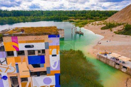 Photo pour Vue aérienne de la prison abandonnée de Rummu Tallinn Estonie plage du lac. Belle vue sur la forêt, le lac et la vieille prison reste la plupart du temps sous l'eau. - image libre de droit