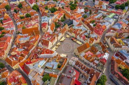 Photo pour Tallinn est une ville médiévale en Estonie dans les pays baltes. Vue aérienne de la vieille ville de Tallinn avec des toits orange et des rues étroites au-dessous. - image libre de droit