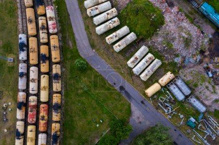 Photo pour Riga, Lettonie. 10 juillet 2020. Vue aérienne supérieure des trains de marchandises. Vue aérienne depuis un drone volant de trains de marchandises colorés sur la gare. Wagons avec marchandises sur chemin de fer. - image libre de droit