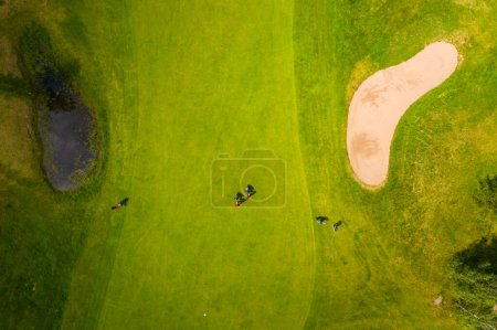 Foto de Vista aérea en campo de golf junto al lago con fondo azul cielo - Imagen libre de derechos