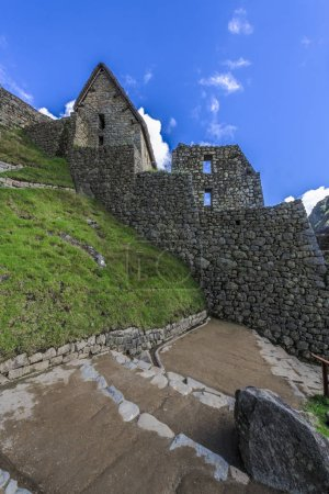 Les ruines de l'ancienne ville inca du Machu Picchu sont magnifiquement situées sur les pentes des Andes au-dessus des eaux turbulentes de la rivière Urubamba. .