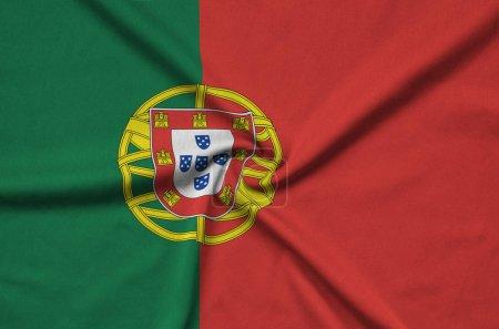 Photo pour Le drapeau du Portugal est représenté sur un tissu de tissu de sport avec de nombreux plis. Bannière d'agitation d'équipe sportive - image libre de droit