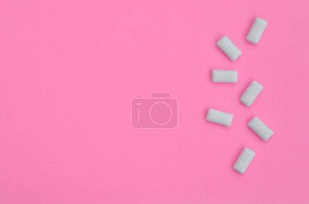 Foto de Unos chicles mienten sobre fondo de textura de papel de color rosa pastel de moda en concepto de mínimo - Imagen libre de derechos